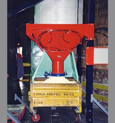 Vidage-bigbag-soutirage-en-conteneur-poudre-tassée-plasturgie-Mecabag